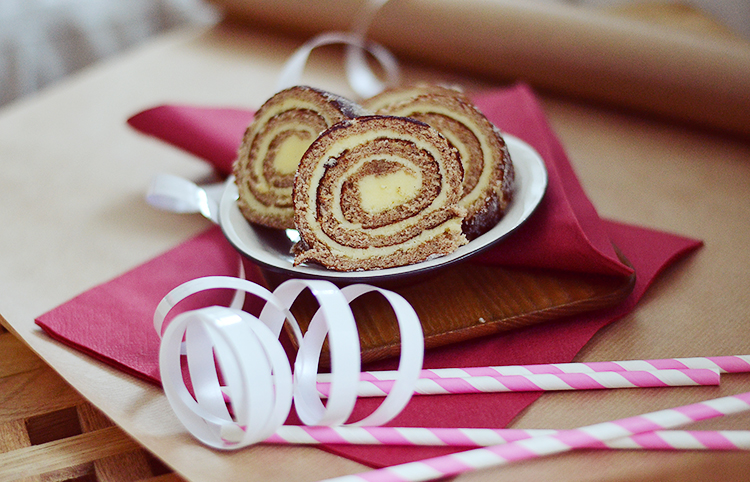 Gingerbread swiss roll / Pepparkaksrulltårta // www.bananabloom.com