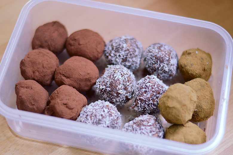 Vegan Chocolate & Coconut Truffles // bananabloom.com